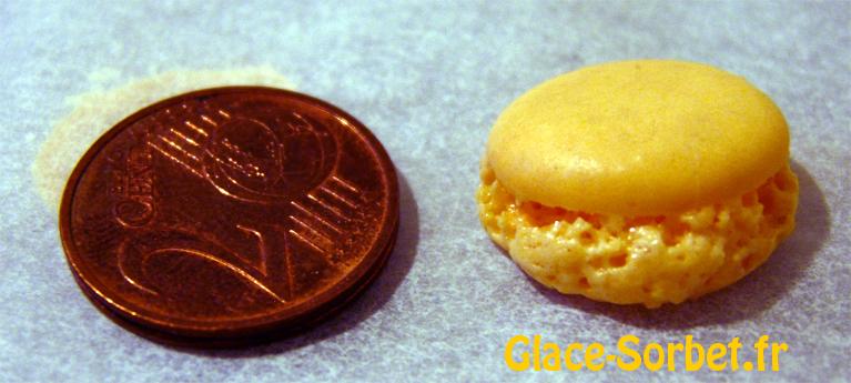 Comparaison d'un petit macaron et d'une pièce de 2 centimes
