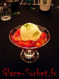 Salade de fruits rouges et glace à l'amande
