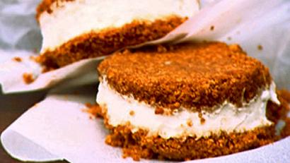 Sandwich glacé au sirop d'érable et biscuit au gingembre